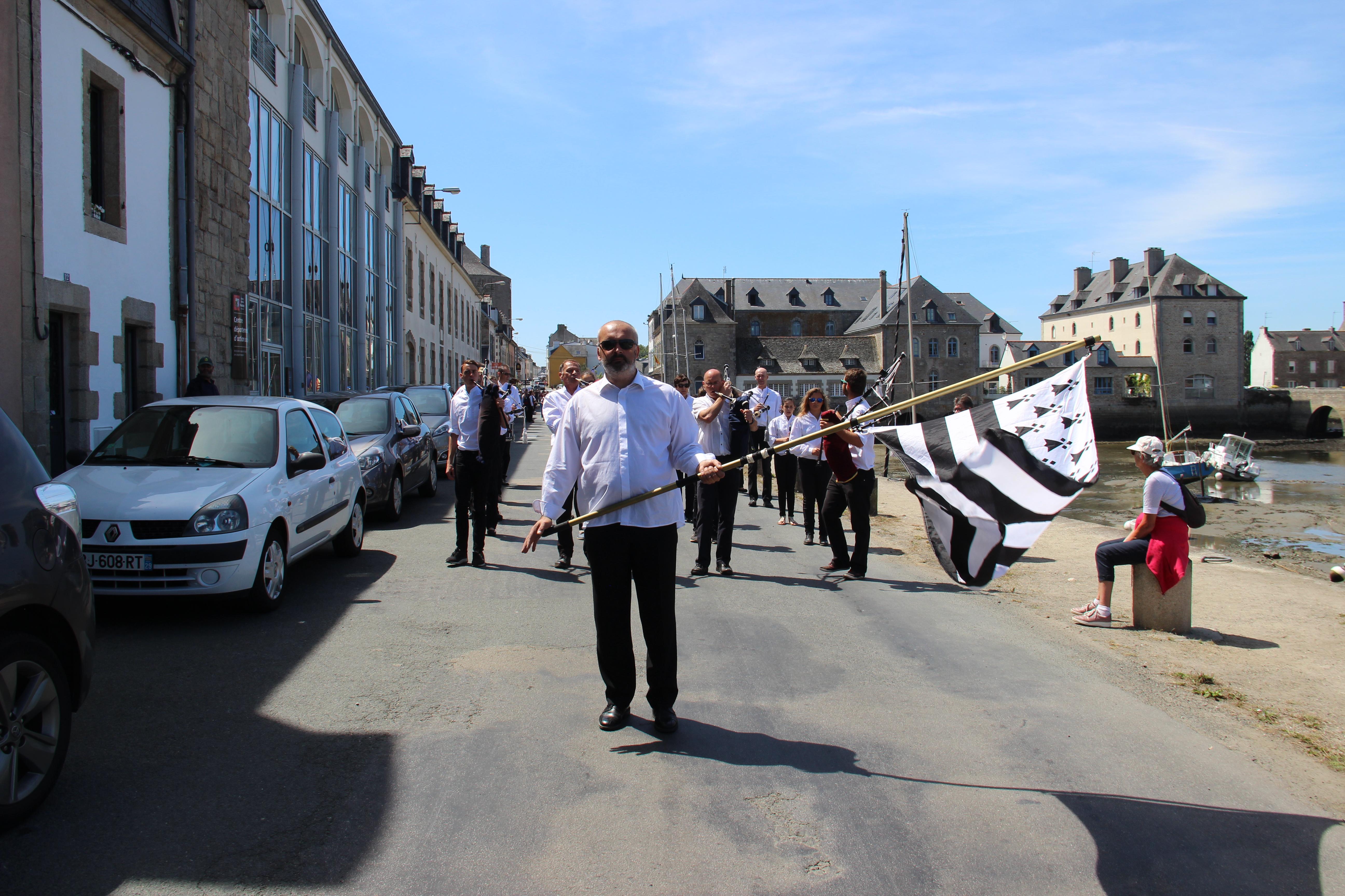 Photos du bagad Ar Vro Vigouden Uhel de Plovan à Pont-L'abbé le 16 juillet 2017
