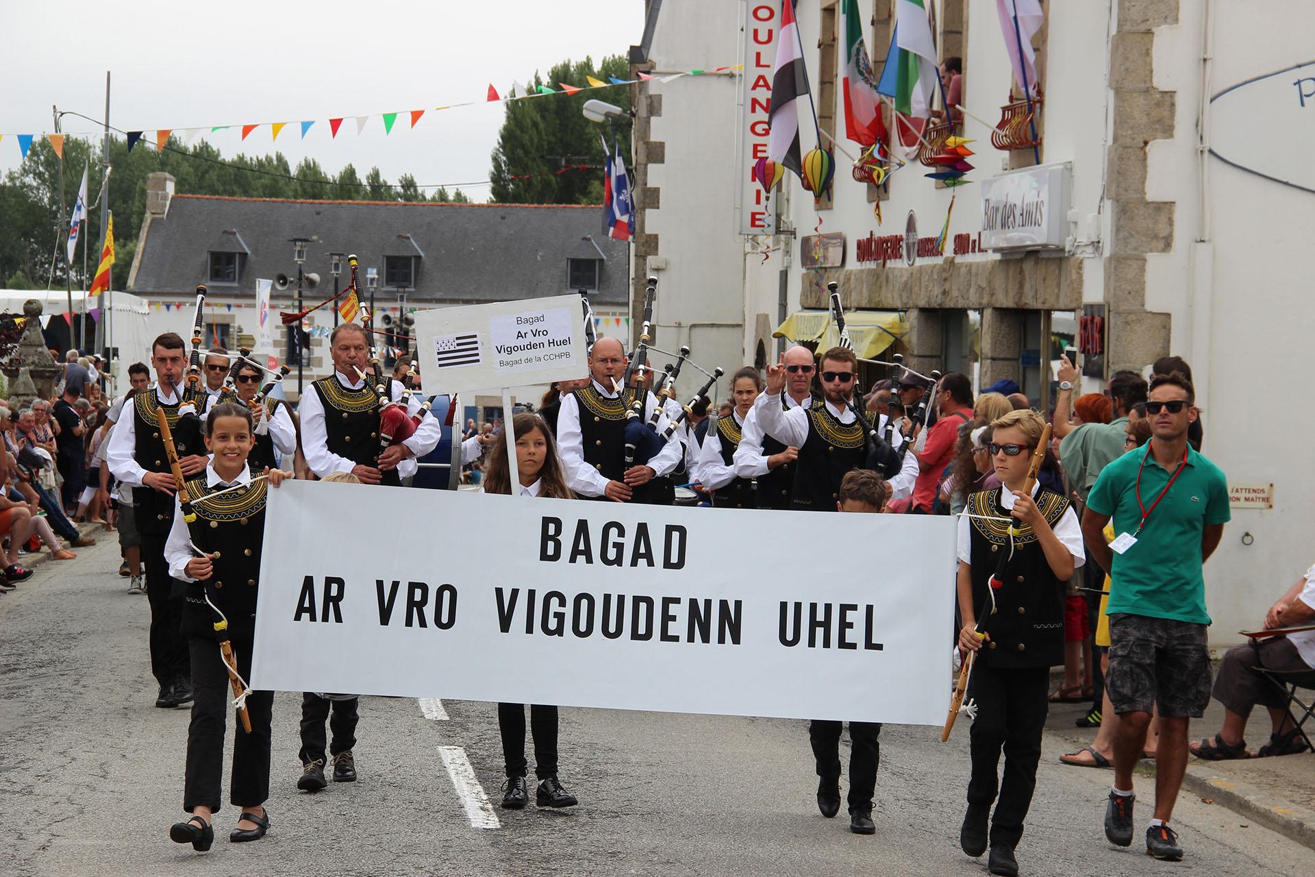 Défilé du bagad pendant le Mondial Folk à Plozévet